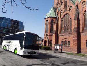 Autobus na tle kościoła
