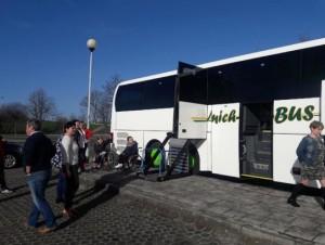 Grupa osób wsiadająca  do autobusu