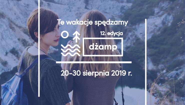 Grafika przedstawia dwie  dziewczyny, które są w górach -  napis: te wakacje spędzamy: 12 edycja DŻAMP -
